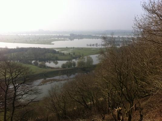 Wandelen over het Oudste Wandelpad van Nederland met zicht op de Rijn bij Rhenen