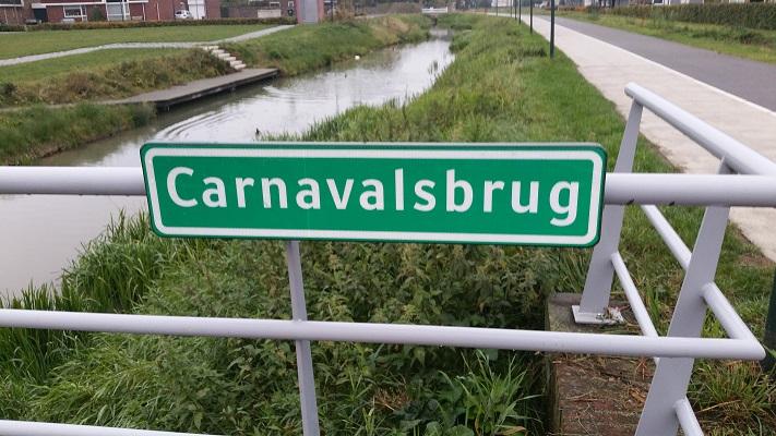 Wandelen in Park Lingezegen over het Doornikpad bij carnavalsbrug in Lent