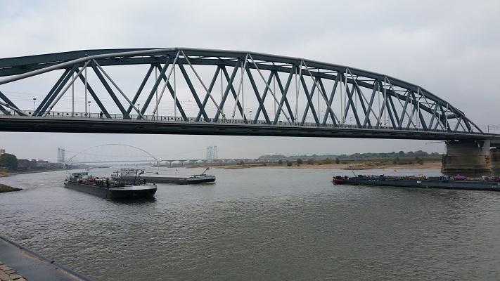 Wandelen in Park Lingezegen over het Doornikpad bij de spoorbrug over de Waal in Nijmegen
