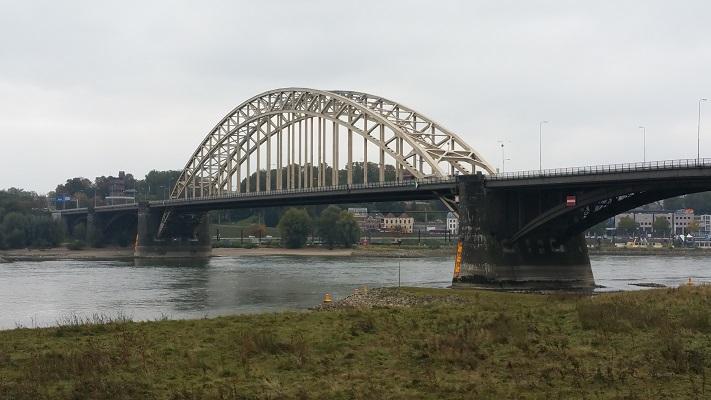 Wandelen in Park Lingezegen over het Doornikpad bij de Waalbrug in Nijmegen
