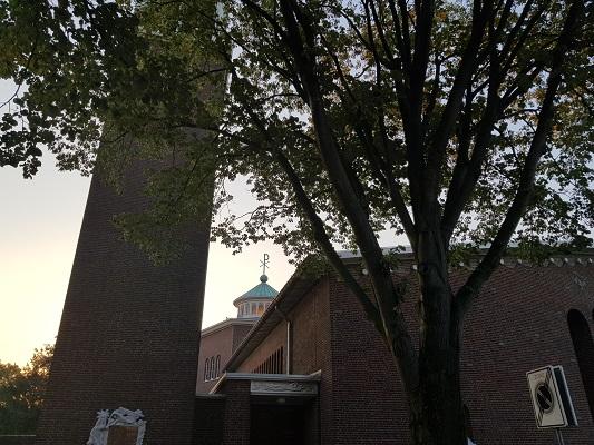 Wandelen over het Peelpad bij de kerk in Nederweert-Eind