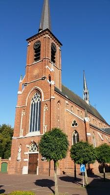 Wandelen over het Peerkepad bij kerk in Bergeijk