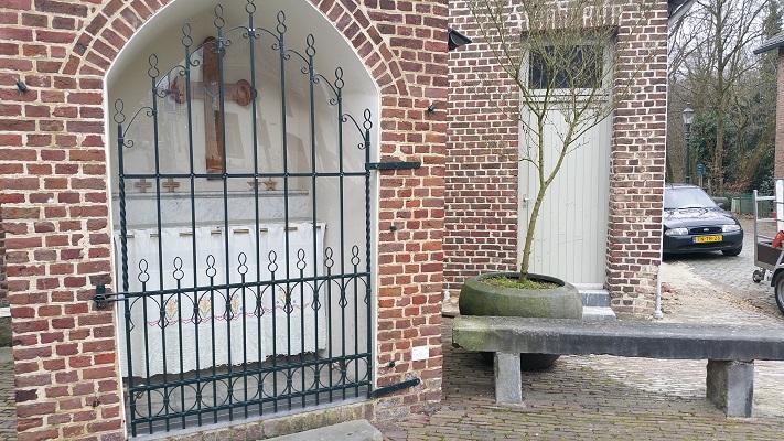 Wandelen over het Peerkepad in de voetsporen van Peerke Donders bij kapel aan de Kaak in Elsloo