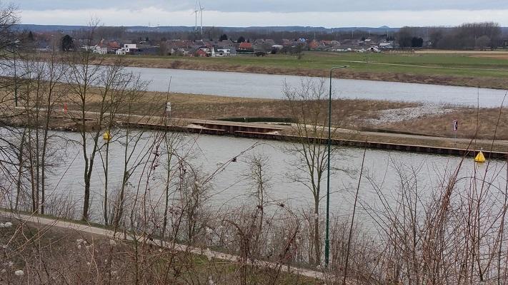 Wandelen over het Peerkepad in de voetsporen van Peerke Donders met zicht op Julianakanaal en de Grensmaas