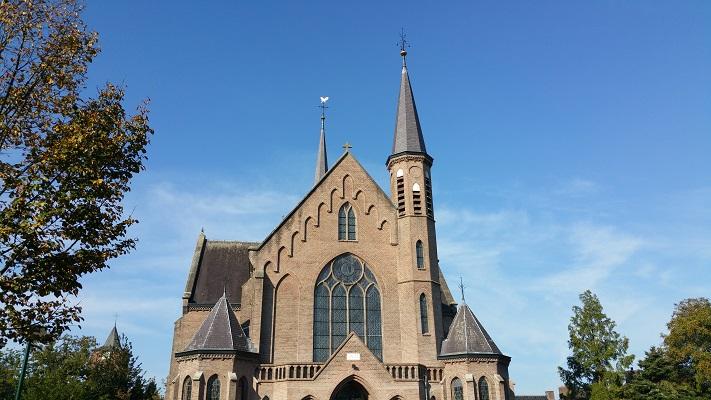 Wandelen over het Peerkepad bij de kerk in Duizel