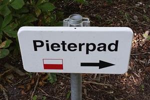 Wandelen over het Pieterpad bij bord Pieterpad