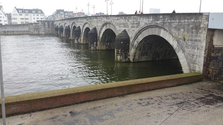 Sint Servaasbrug op een wandeling over het Pieterpad van Maastricht naar de Sint Pietersberg