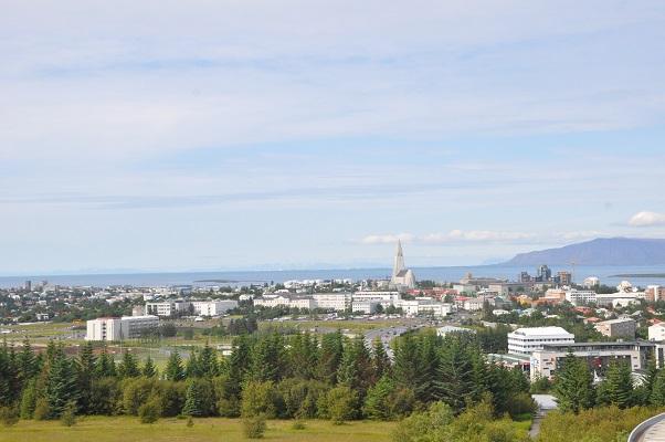 Uitzicht over Reykjavik tijdens stadswandeling op wandelreis in IJsland