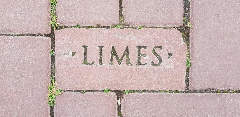 Wandelen over het Romeinse Limespad op steen in Park Matilo in Leiden