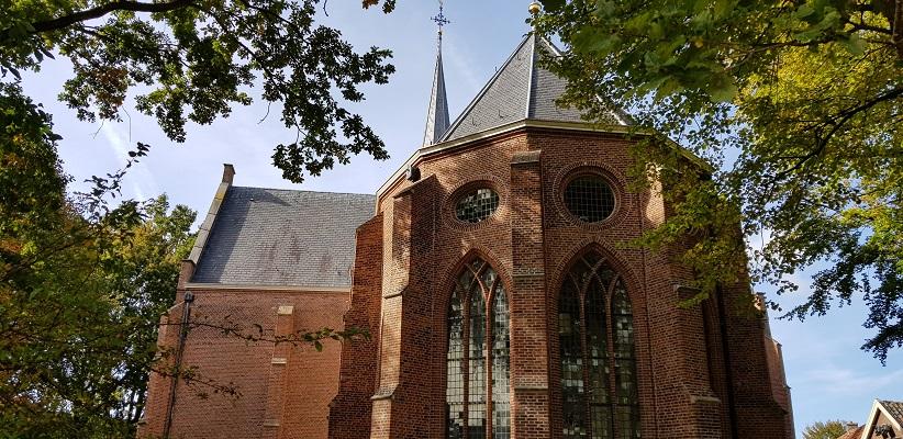 Wandelen over het Romeinse Limespad bij kerk in Zoeterwoude-Dorp