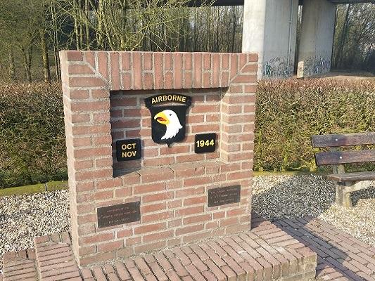 Airbornemonument bij brug A50 op wandeling over Roots Natuurpad van Doorwerth naar Winssen