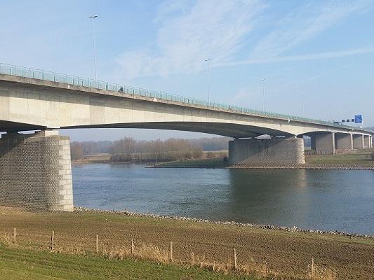 De Rijnbrug A50 op wandeling over Roots Natuurpad van Doorwerth naar Winssen