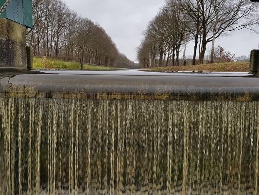 Wandelen over het Roots Natuurpad van Ruinen naar Zuidwolde bij stuw in Zuidwolderwaterlossing