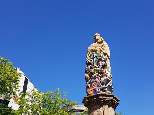 Beeld op markt Brilon op wandeling van Brilon naar Olsberg tijdens wandelreis over Rothaarsteige in Sauerland in Duitsland