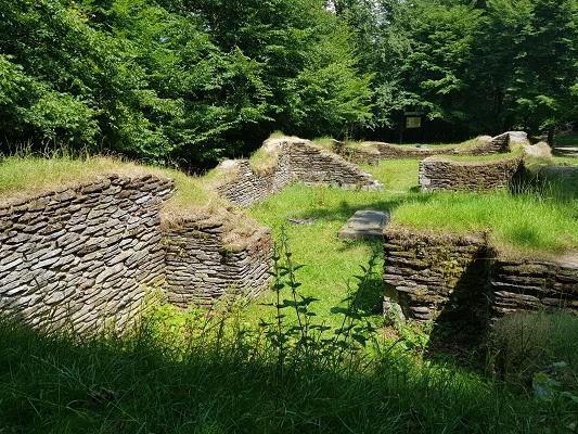 Fundering kerk op wandeling van Brilon naar Olsberg tijdens wandelreis over Rothaarsteige in Sauerland in Duitsland