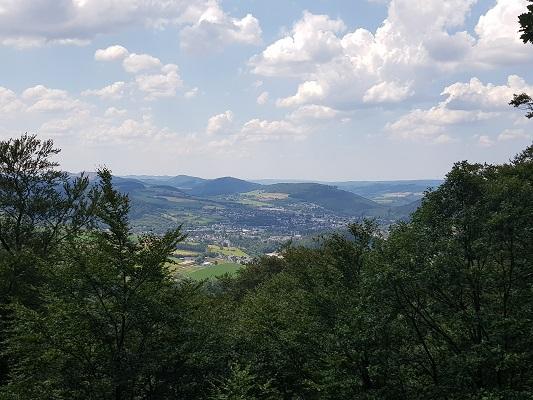 Blik over Sauerland op wandeling van Brilon naar Olsberg tijdens wandelreis over Rothaarsteige in Sauerland in Duitsland