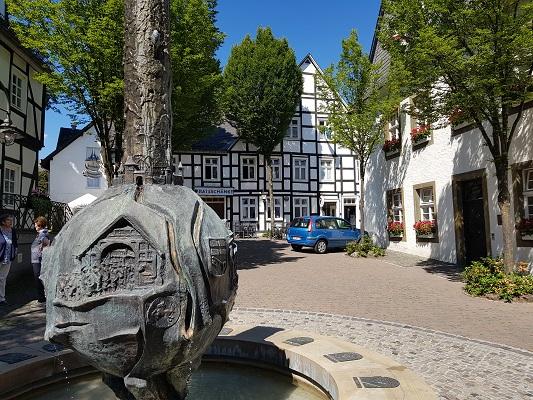 Fontein in Brilon op wandeling van Brilon naar Olsberg tijdens wandelreis over Rothaarsteige in Sauerland in Duitsland