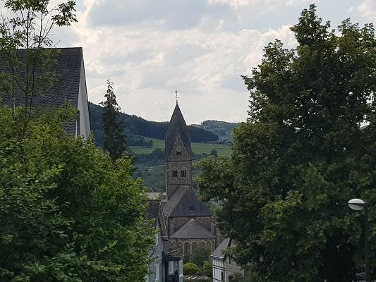 Kerk Brilon op wandeling van Brilon naar Olsberg tijdens wandelreis over Rothaarsteige in Sauerland in Duitsland