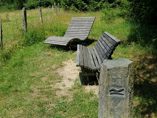 Zitbanken op wandeling van Brilon naar Olsberg tijdens wandelreis over Rothaarsteige in Sauerland in Duitsland