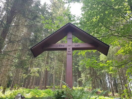 Wegkruis tijdens wandeling van Kahler Asten naar de Hoheleyehutte over de Rothaarsteige in Sauerland in Duitsland