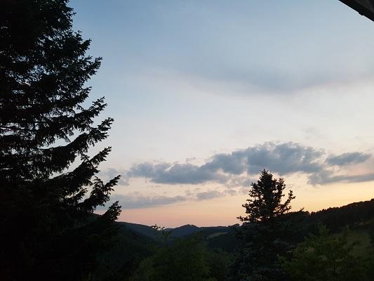 Blauwe lucht tijdens wandeling naar de Ruhrquelle op wandelreis naar Rothaarsteige in Sauerland in Duitsland