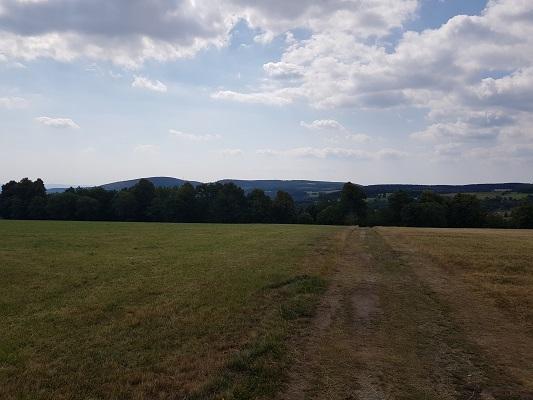 Veldweg tijdens wandeling naar de Ruhrquelle op wandelreis naar Rothaarsteige in Sauerland in Duitsland
