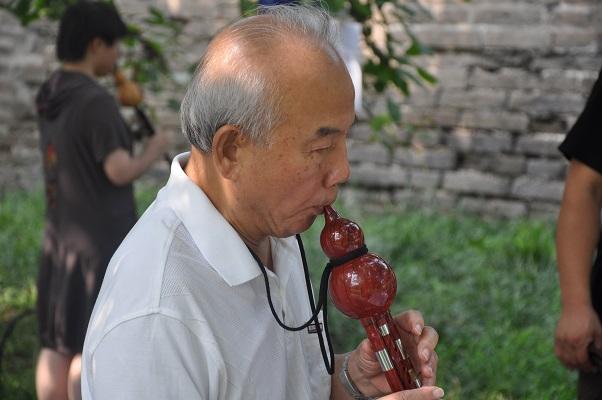 Muzikant tijdens stadswandeling in Peking China