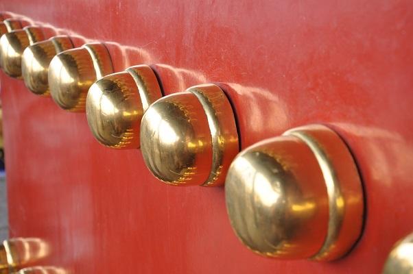 Gouden knoppen op deur in Verboden Stad tijdens stadswandeling in Peking China