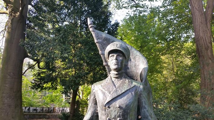 Beeld De Marinier in Baarn tijdens wandeling over Trekvogelpad van Soestduinen naar Hilversum