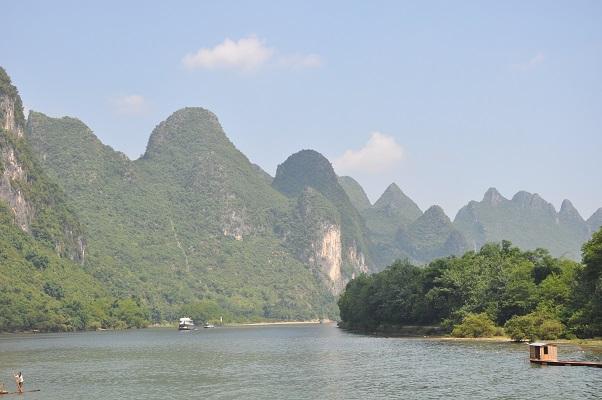 Rivier de Li met karstbergen tijdens wandeling in karstgebied bij Guilin in China