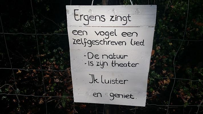 Wandelen over het Westerborkpad bij een gedicht