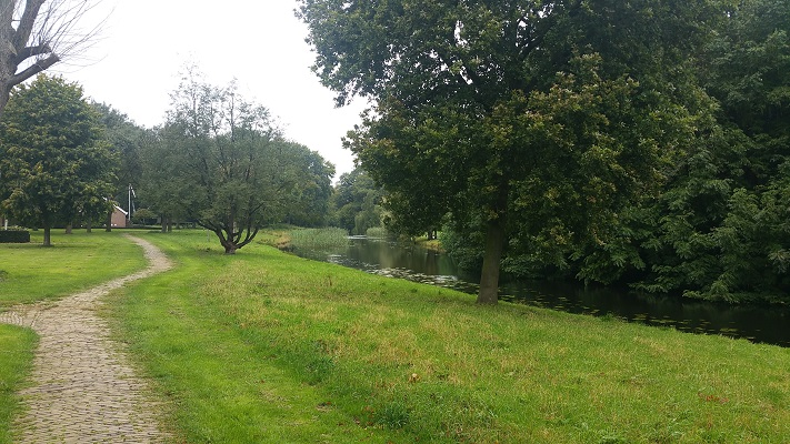 Wandelen over het Westerborkpad bij riviertje de Reest in Meppel