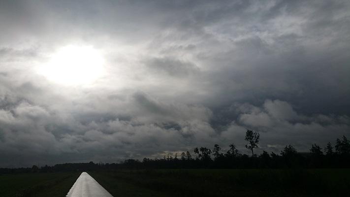 Wandelen over het Westerborkpad met donkere wolken boven De Lichtmis