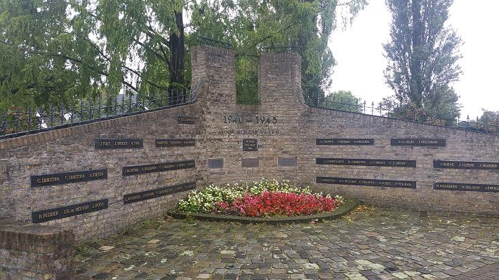 Wandelen over het Westerborkpad bij oorlogsmonument in Staphorst