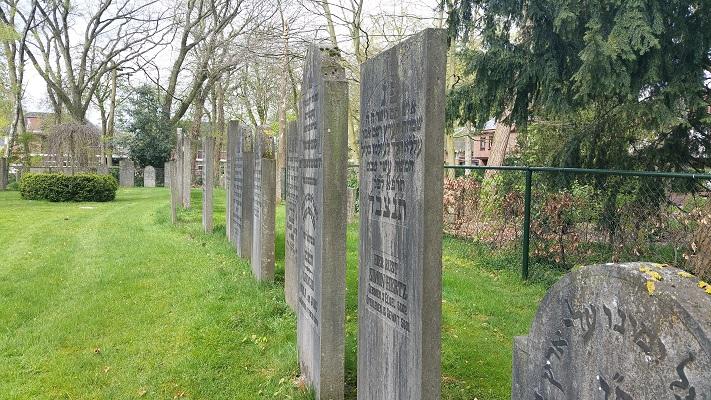 Wandelen over het Westerborkpad bij de Joodse begraafplaats in Harderwijk
