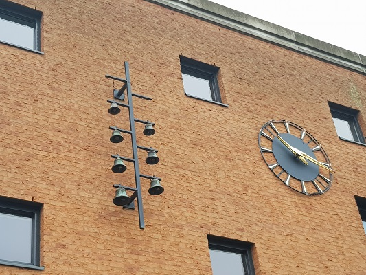 Carillon op vakcollege in Helmond-Noord tijdens een wandeling Ontdek de Kunst van Brabant Vertelt