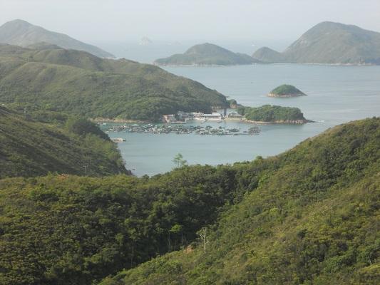 Zicht op baai en haven op een wandeling van Pak Tam Chung naar Lange Ke over de Maclehose Trial in Hong Kong