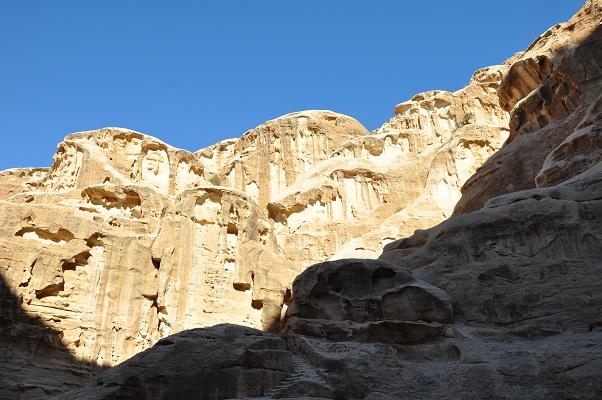 Rotsen in de zon bij Little Petra tijdens een wandelreis van SNP door Jordanië
