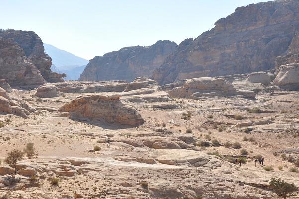 Landschap met eenzame wandelaar in Wadi Rum tijdens een wandelreis van SNP door Jordanië