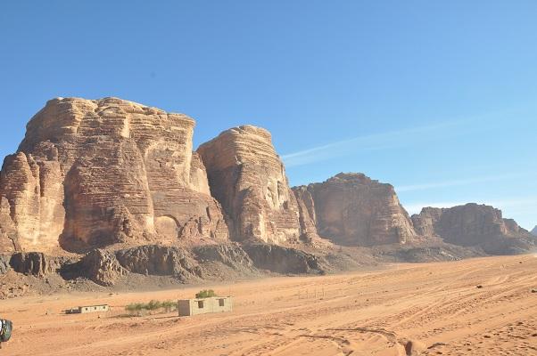 Immense rotsen in Wadi Rum tijdens een wandelreis van SNP door Jordanië