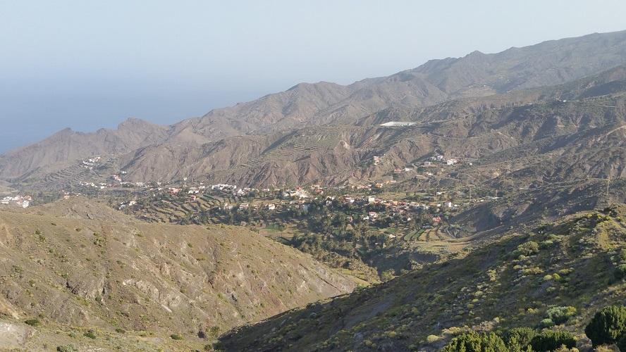 Landschap bij Chipude Valle Gran Rey Wandelpad hoog boven Barranco de Erque tijdens wandeling op een wandelvakantie op La Gomera op de Canarische Eilanden
