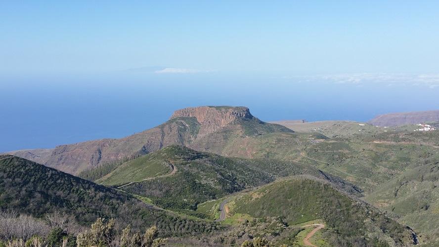 La Fortaleze, de tafelberg, bij Chipude Valle Gran Rey Wandelpad hoog boven Barranco de Erque tijdens wandeling op een wandelvakantie op La Gomera op de Canarische Eilanden