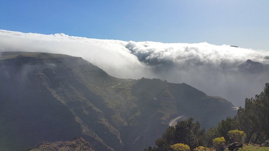 Passaatwinden en wolken boven Valle Gran Rey Wandelpad hoog boven Barranco de Erque tijdens wandeling op een wandelvakantie op La Gomera op de Canarische Eilanden