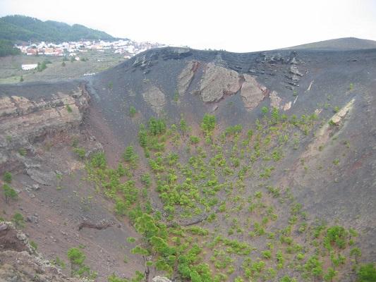 Krater op klassieke vulkaantoer tijdens een wandelvakantie op Canarisch eiland La Palma