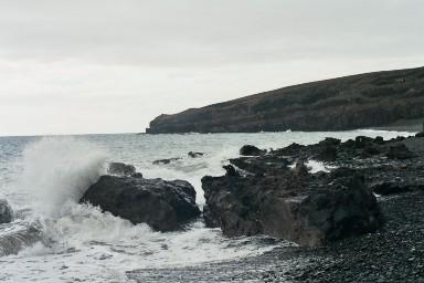 Ruige rotskusten bij Famara tijdens een wandelvakantie op Canarisch Eiland Lanzarote