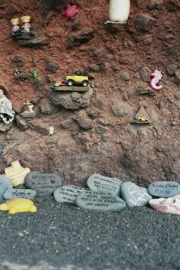 Herdenkingsstenen aan kusttijdens een wandelvakantie op Canarisch Eiland Lanzarote