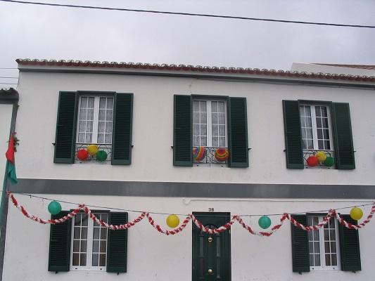 Versierd huis in Ponta Delgado tijdens een wandelvakantie op eiland Sao Miguel op de Azoren