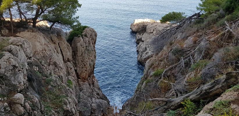Kunst Middelandse Zee op wandeling tussen Deia en Port de Soller op wandelvakantie in Tramuntanagebergte op Spaans eiland Mallorca