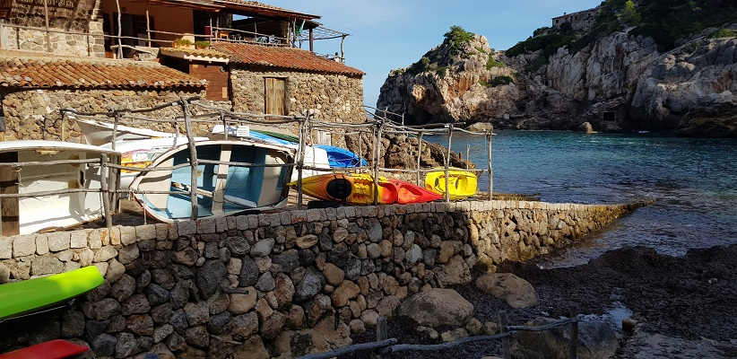 Cala de Deia op wandelvakantie in Tramuntanagebergte op Spaans eiland Mallorca