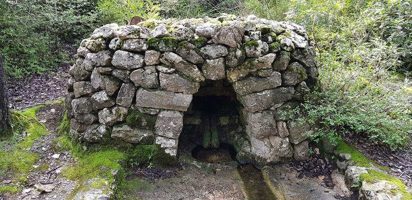 Waterbron bij klooster Lluc op wandelvakantie in Tramuntanagebergte op Spaans eiland Mallorca